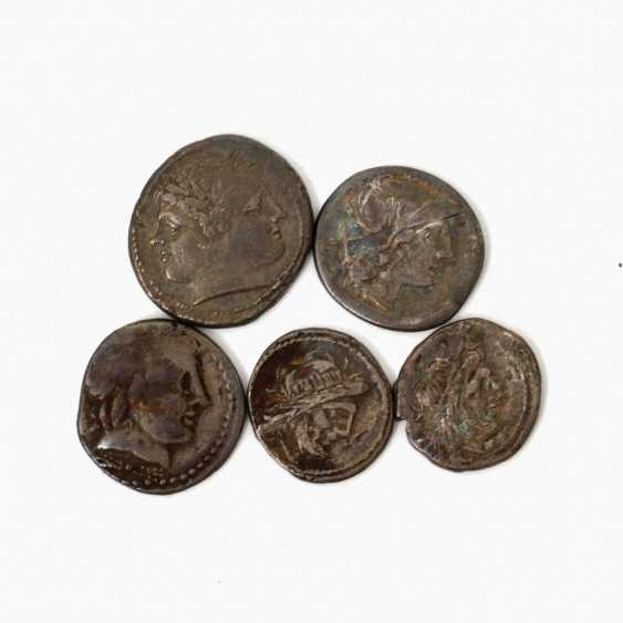 4-piece collection of Ancient to the Romans. Republic /silver consisting of 1 x ROM. Republic Quadrigatus At The End Of 3. Jahrhundertv.Chr., Av: Janus head, Rv: Jupiter in Quadriga, s., rubbed, edge of the notch. - photo 1