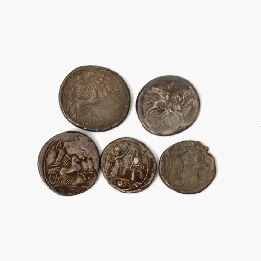 4-piece collection of Ancient to the Romans. Republic /silver consisting of 1 x ROM. Republic Quadrigatus At The End Of 3. Jahrhundertv.Chr., Av: Janus head, Rv: Jupiter in Quadriga, s., rubbed, edge of the notch. - photo 2