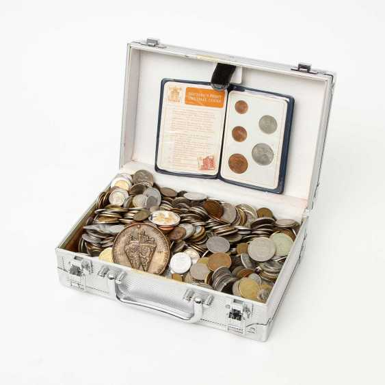 Small aluminium case, all the world - course, coins from all over the world. Receipt different. - photo 1