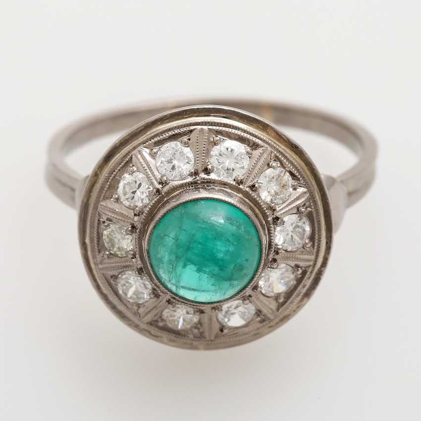 Ladies ring studded with 1 round emerald Cabochon - photo 1