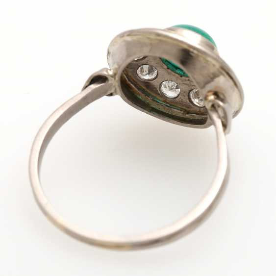 Ladies ring studded with 1 round emerald Cabochon - photo 3