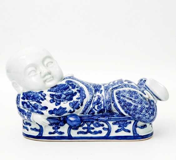 Blue and white porcelain figure of a reclining child. CHINA, late Qing dynasty (1644-1912) - photo 1