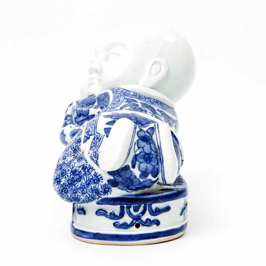 Blue and white porcelain figure of a reclining child. CHINA, late Qing dynasty (1644-1912) - photo 2
