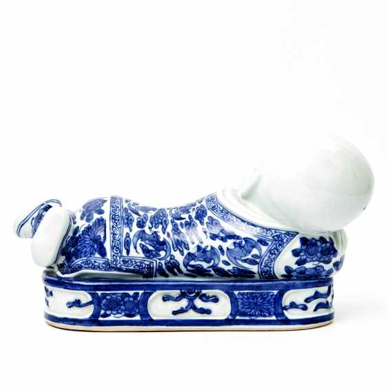 Blue and white porcelain figure of a reclining child. CHINA, late Qing dynasty (1644-1912) - photo 3