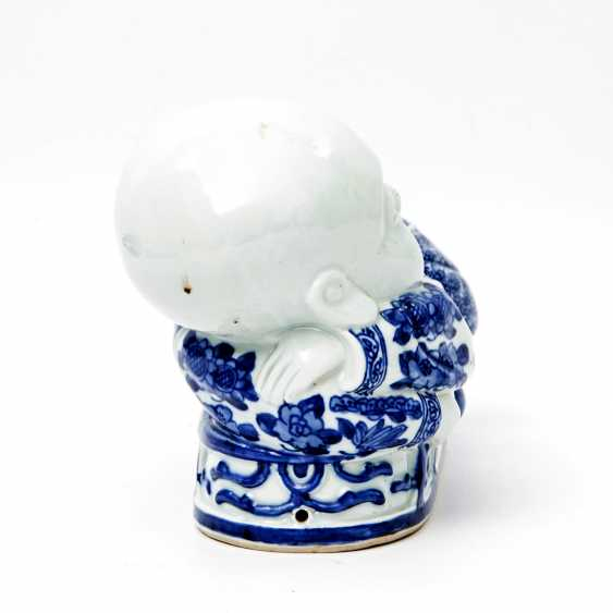 Blue and white porcelain figure of a reclining child. CHINA, late Qing dynasty (1644-1912) - photo 4