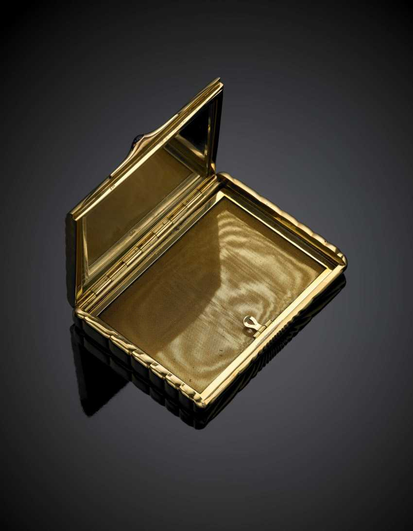 Yellow gold grooved compact with a cabochon sapphire on the thumbpiece - photo 1