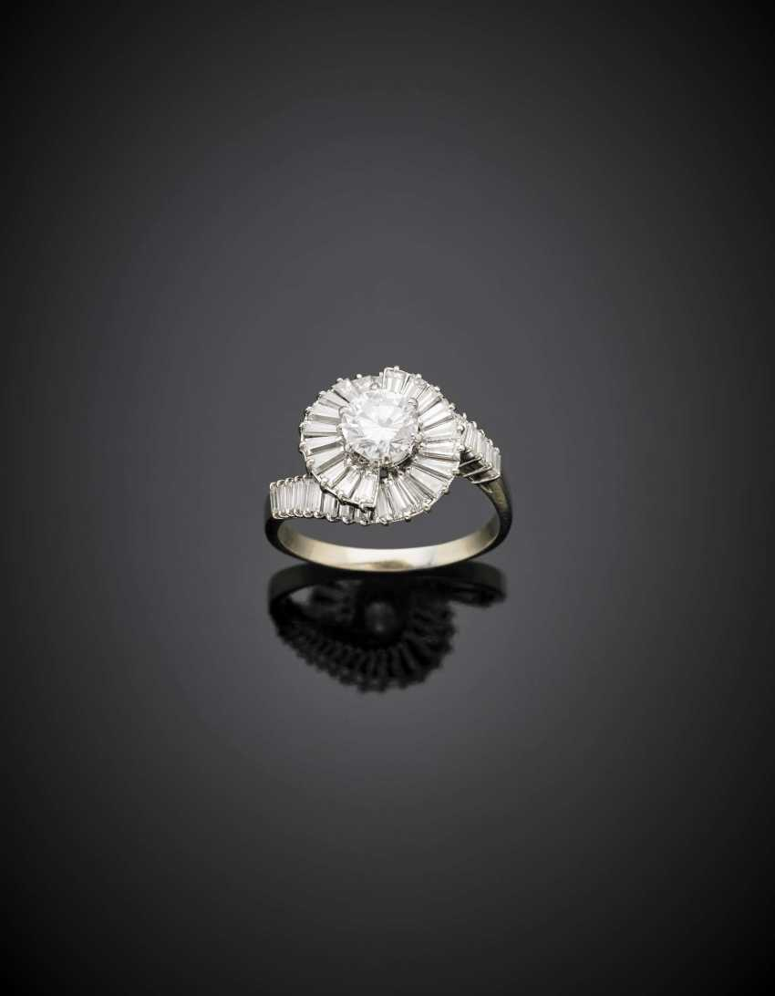 Round ct. 0.95 circa diamond and tapered diamonds white gold ring - photo 1