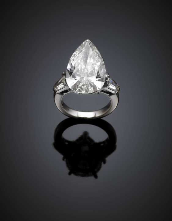 Pear shape ct. 10.16 diamond white gold ring with two shield shape diamond shoulders ct. 0.50 circa circa each - photo 1