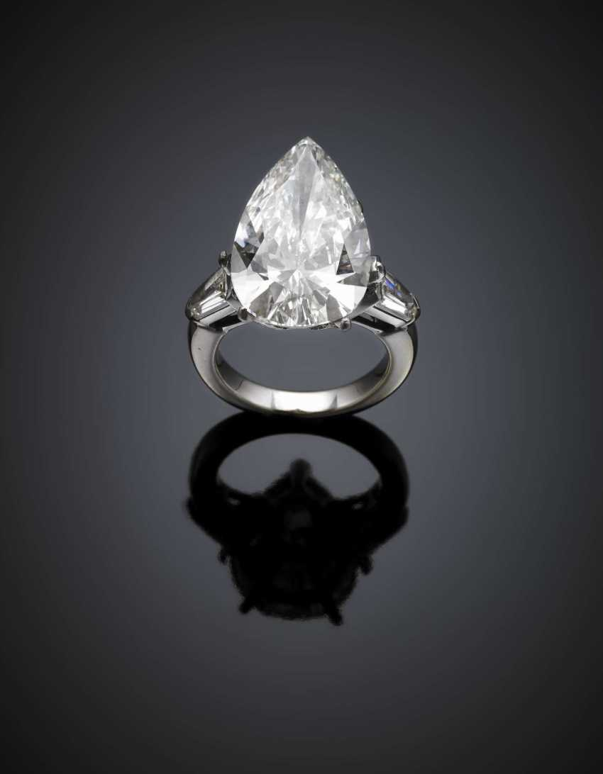 Pear shape ct. 10.16 diamond white gold ring with two shield shape diamond shoulders ct. 0.50 circa circa each - photo 3