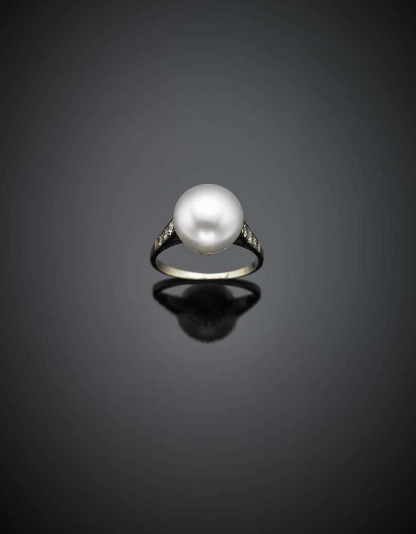 Cultured mm 10.60 button pearl and diamond white gold ring - photo 1