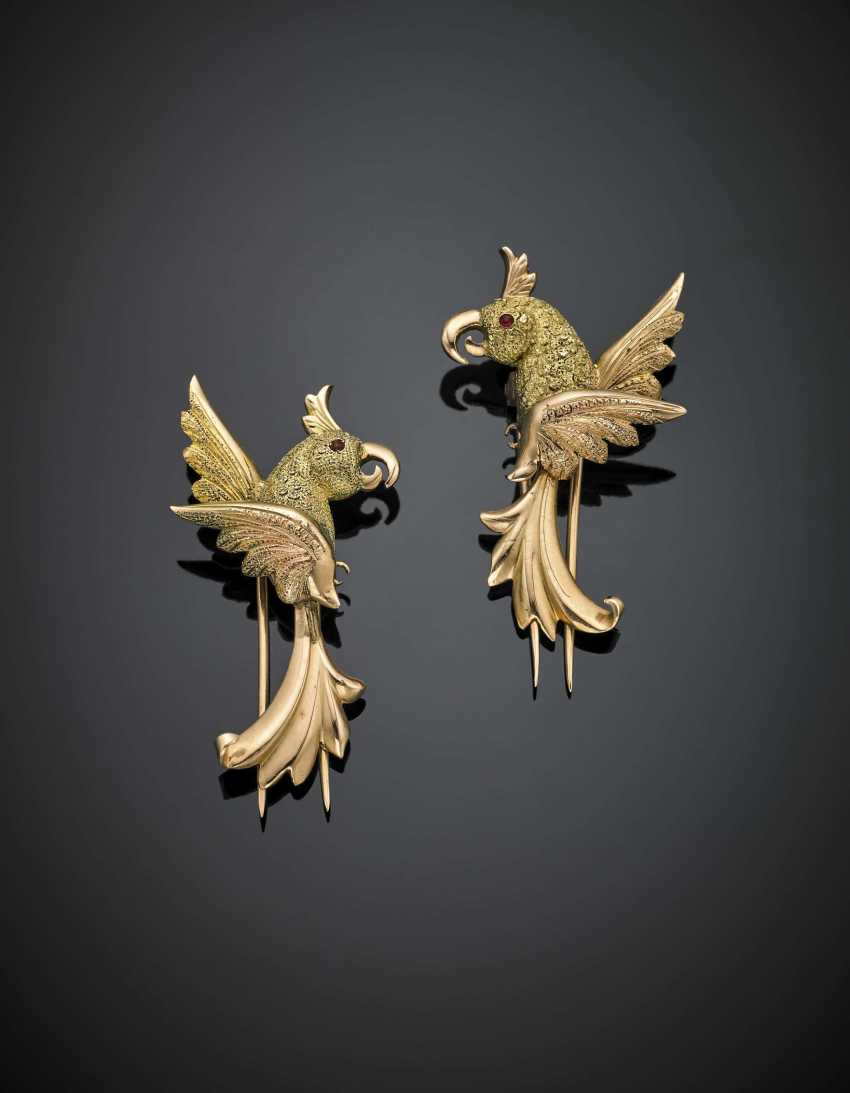 Pair of green and yellow gold parrot brooch - photo 1