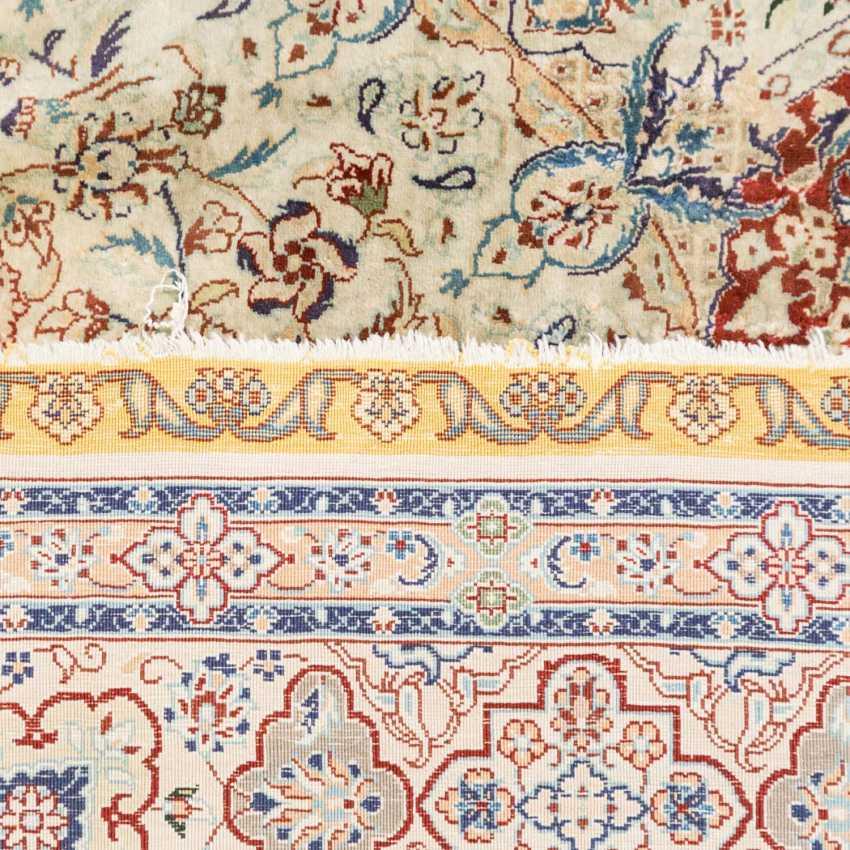 Oriental rug made of silk. 20. Century, approx. 150x91,5 cm - photo 2