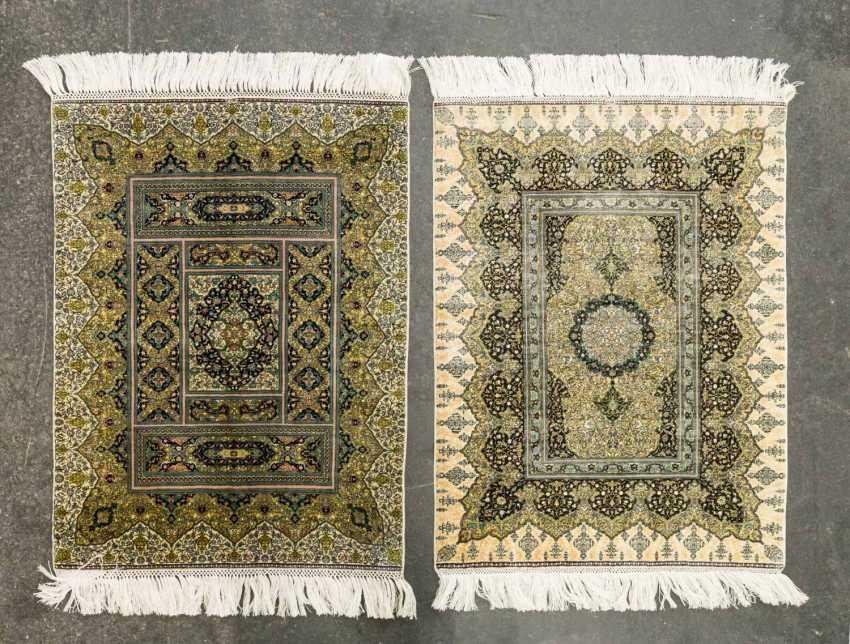 Two fine Koran-rugs made of silk. 20. Century, each approx. 62x47 cm - photo 1
