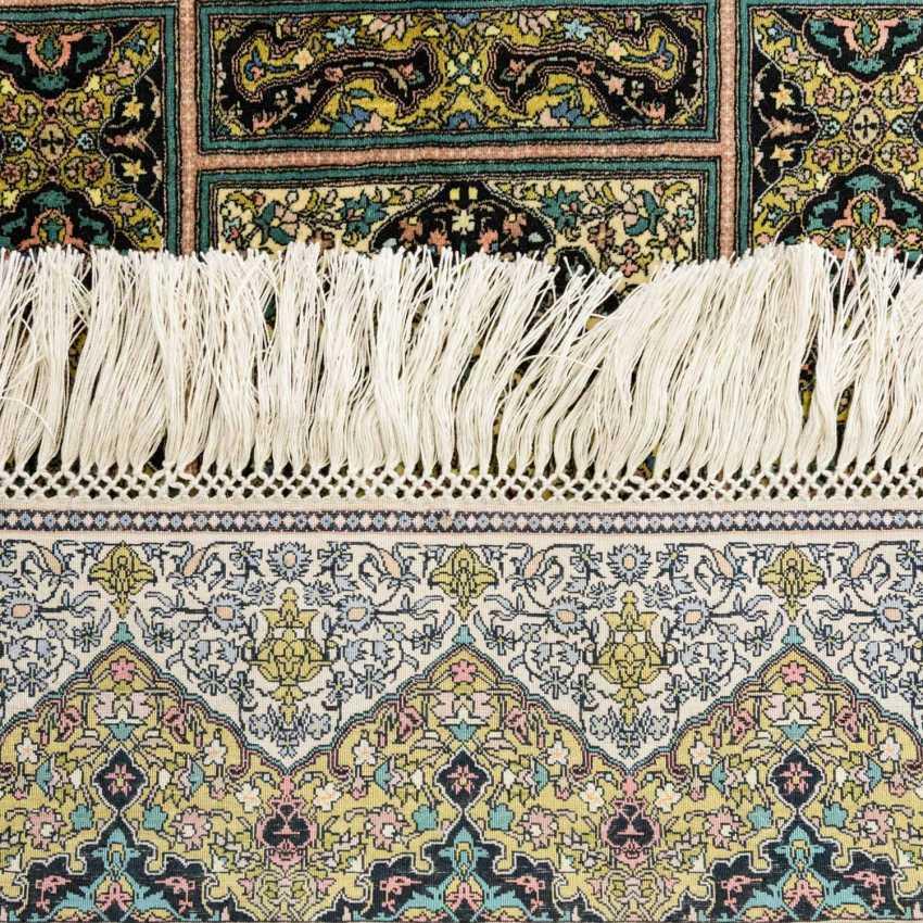 Two fine Koran-rugs made of silk. 20. Century, each approx. 62x47 cm - photo 2