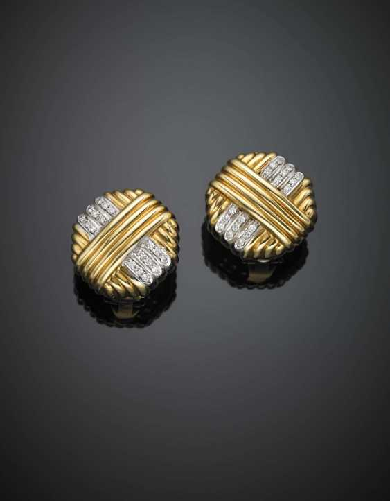 Bi-coloured gold diamond grooved earclips in all ct. 0.35 circa - photo 1