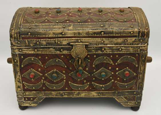 Treasure chest, leather/brass/semi-precious stones, Africa 1. Half of the 20. Century - photo 1