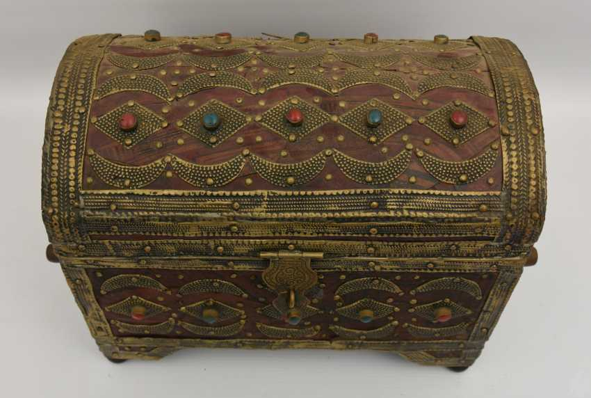Treasure chest, leather/brass/semi-precious stones, Africa 1. Half of the 20. Century - photo 2