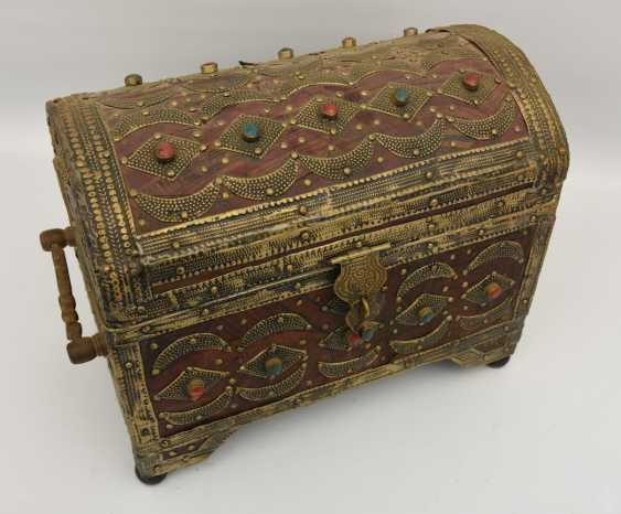 Treasure chest, leather/brass/semi-precious stones, Africa 1. Half of the 20. Century - photo 3