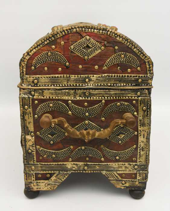 Treasure chest, leather/brass/semi-precious stones, Africa 1. Half of the 20. Century - photo 4