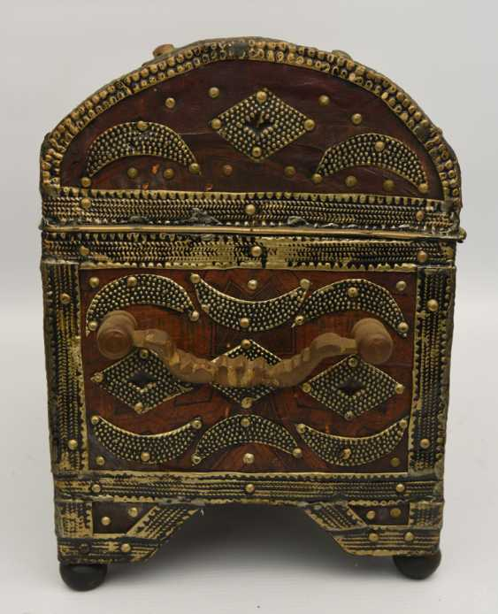Treasure chest, leather/brass/semi-precious stones, Africa 1. Half of the 20. Century - photo 6