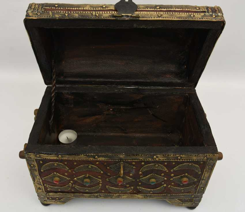 Treasure chest, leather/brass/semi-precious stones, Africa 1. Half of the 20. Century - photo 7