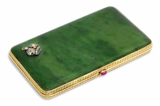 A JEWELLED TWO-COLOUR GOLD-MOUNTED NEPHRITE CIGARETTE CASE - photo 1