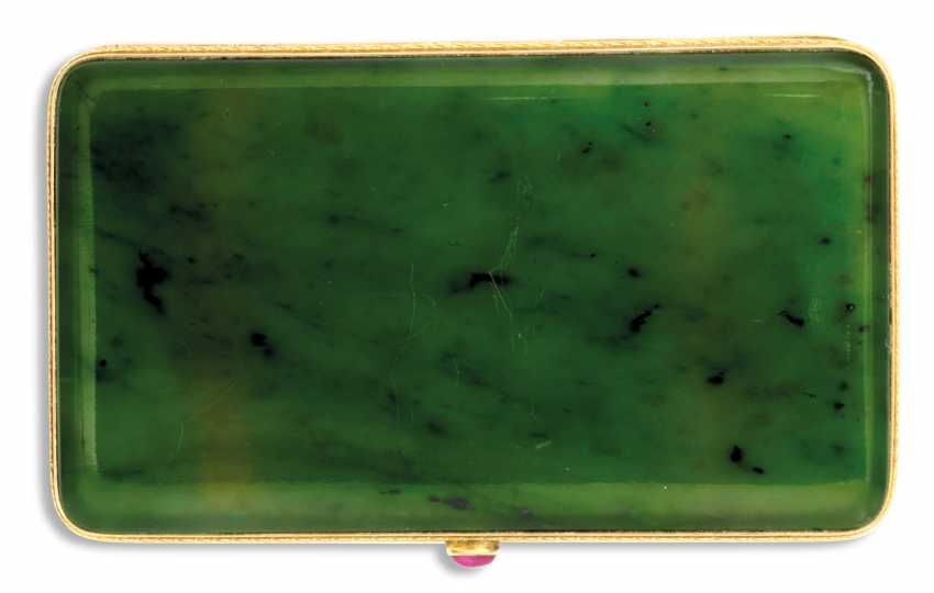 A JEWELLED TWO-COLOUR GOLD-MOUNTED NEPHRITE CIGARETTE CASE - photo 2
