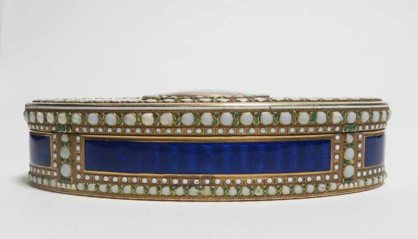 Oval snuffbox with Venus and Cupid - photo 3