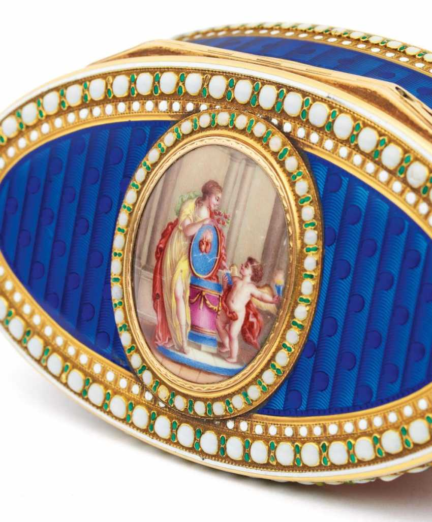 Oval snuffbox with Venus and Cupid - photo 10