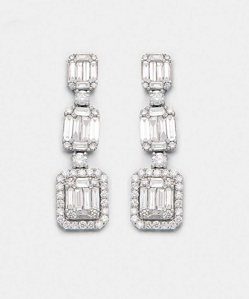 Pair of elegant diamond earrings - photo 1