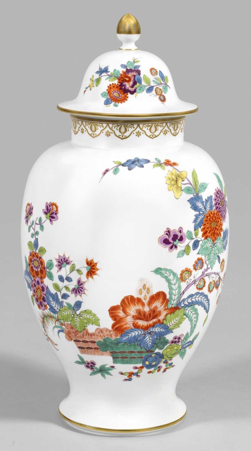 Lidded vase with kakiemon decor - photo 1