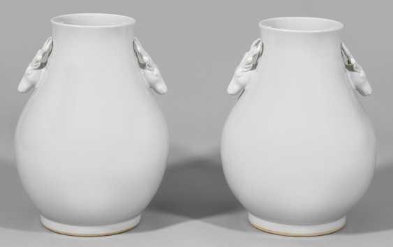 Paar große Blanc de Chine-Vasen mit Hirschköpfen - photo 1