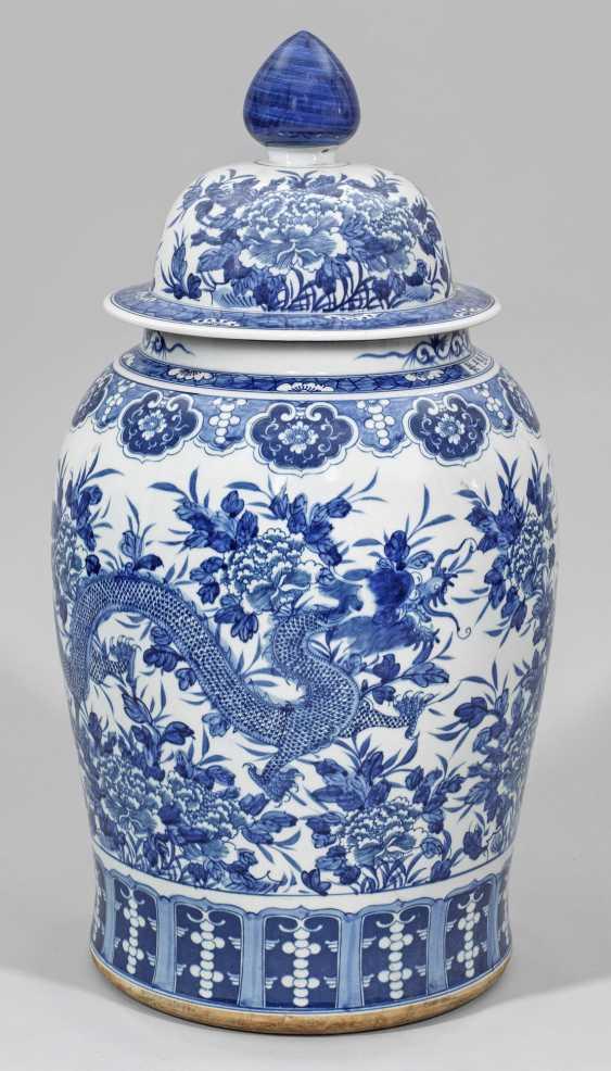 Große Blauweiß-Deckelvase mit Drachen- und Päoniendekor - photo 1