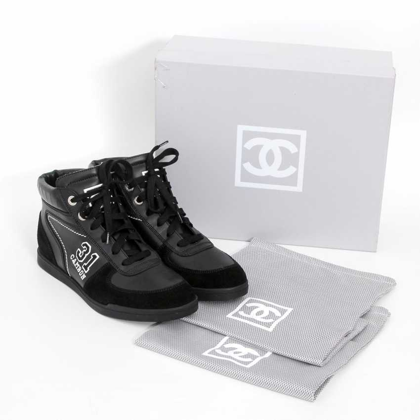 8688b1bceb7e Lot 33 CHANEL awesome Sneaker