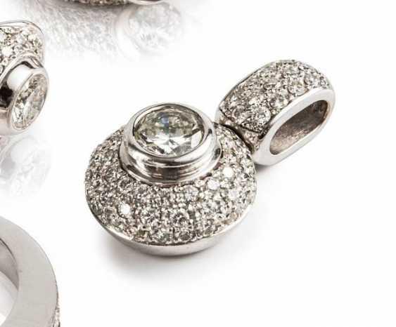 Chain pendant with brilliant-cut diamonds, - photo 1