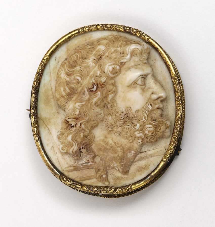 Gem with profile view of Neptune with trident gold mount around 1860 - photo 1