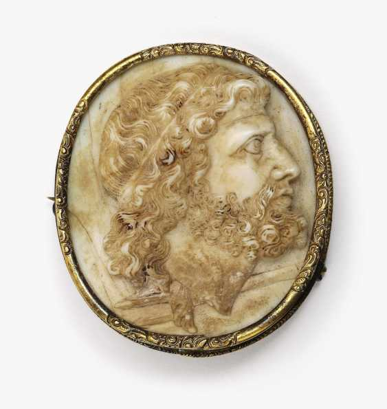 Gem with profile view of Neptune with trident gold mount around 1860 - photo 2
