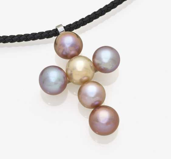 Cross pendant made from rose-colored cultured pearls - photo 1