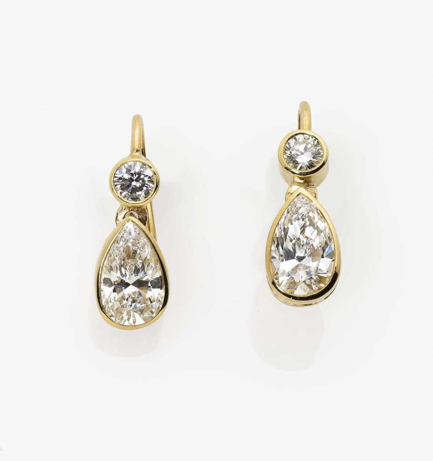 A pair of diamond drop earrings with brilliant cut diamonds England, 2000s - photo 1