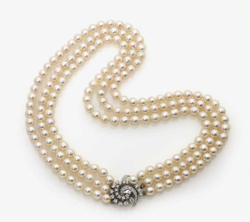 Three-row cultured pearl necklace with diamond clasp Germany, 1960s - photo 3