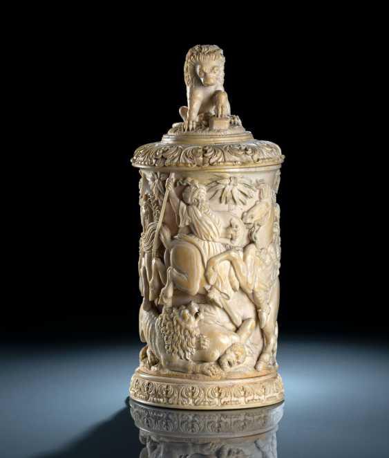 Prunkvoller Elfenbeinhumpen mit Löwenjagdszenerie - Foto 1