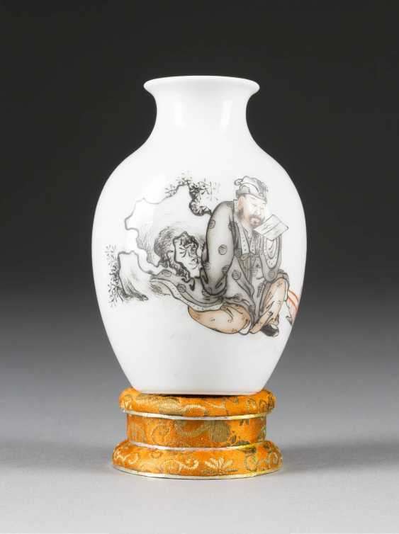 SMALL VASE WITH A FIGURAL REPRESENTATION - photo 1