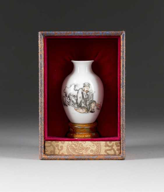 SMALL VASE WITH A FIGURAL REPRESENTATION - photo 2