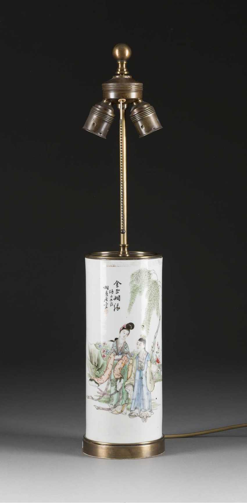 CYLINDRICAL VASE WITH A FIGURAL SCENE - photo 1