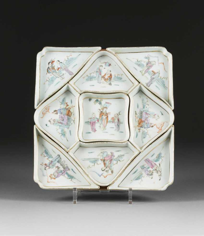 NINE SMALL PORCELAIN BOWLS WITH FIGURAL DECOR - photo 1