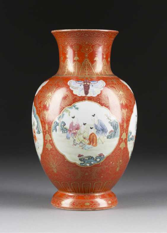 VASE WITH FIGURAL DECOR - photo 2