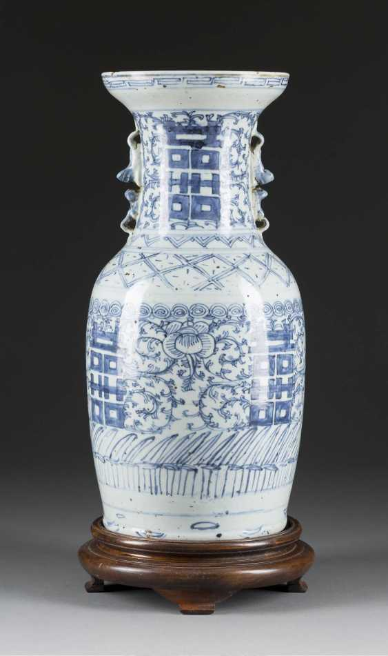 VASE WITH FLOWERS AND TENDRIL DECOR - photo 1