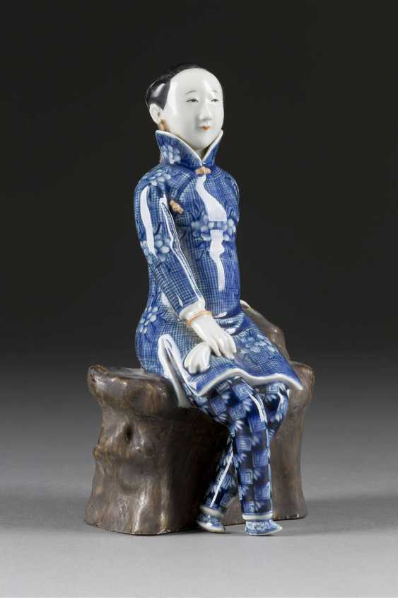 REPRESENTATION OF A LADY IN BLUE CLOTHES - photo 1