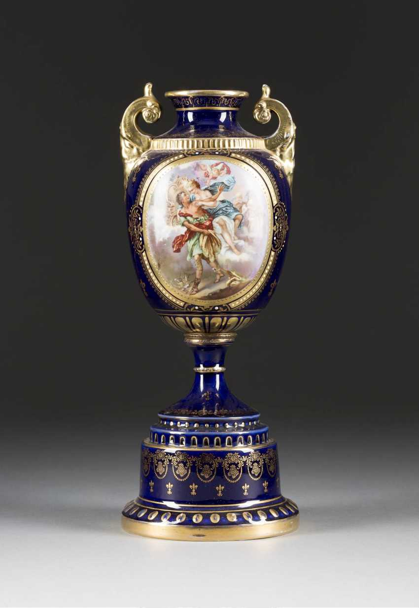 Volute handle vase WITH a MYTHOLOGICAL SCENE of Vienna, Ernst Wahliss, late 19th century. Century - photo 1