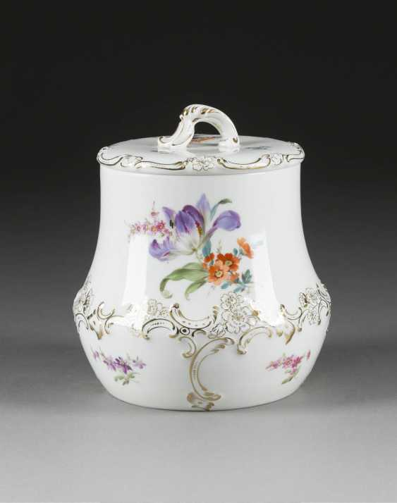 Cookie JAR WITH flower painting German, Meissen, early 20's. Century - photo 1